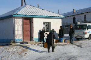 Ein Wasserkiosk - da keine der Häuser oder Jurten in diesem Stadtteil über fließendes Wasser verfügt, muss Wasser in Kanistern herangeschafft werden.