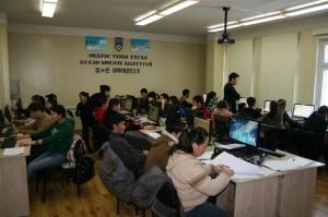 Workshopteilnehmer bei der Arbeit an den Rechnern.