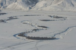 Die Flüsse sind derart zugefroren, dass man ohne weiteres mit einem Geländewagen über das Eis fahren kann.