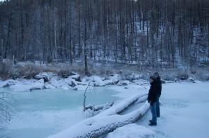 Ein zugefrorener Fluss am Ende des Tales, wo es nur zu Fuss weiter geht.